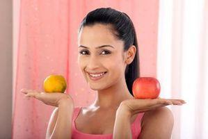 Idées de petit-déjeuner avec des oranges et des pommes