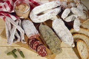 Quel type de pain Êtes-vous le servir avec une viande et assiette de fromage italien?