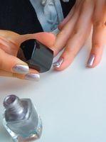 Comment peindre des fleurs sur les ongles des mains