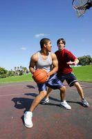 Le haut du corps athlétiques A Hommes à la maison avec des haltères